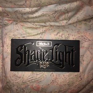 KAT VON D. SHADE AND LIGHT EYESHADOW PALETTE